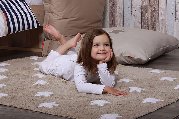 Используйте в игровой зоне и рядом с кроватью мягкий ковролин. Здесь ребёнок может ходить босиком или сидеть на полу без риска для здоровья