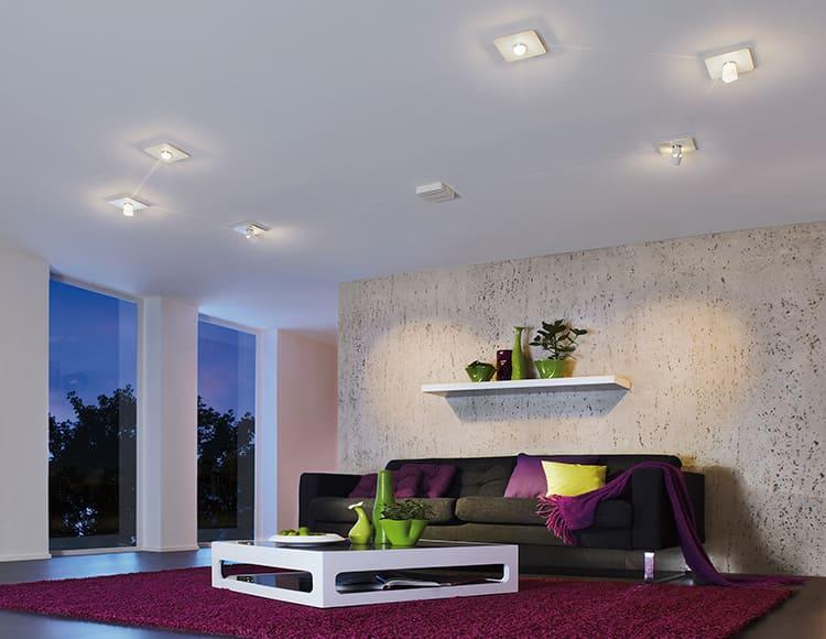 Накладные светильники располагают на поверхности натяжного потолка