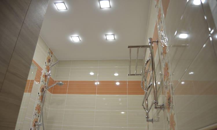 Большое количество осветительных приборов делает помещение светлее и визуально просторней