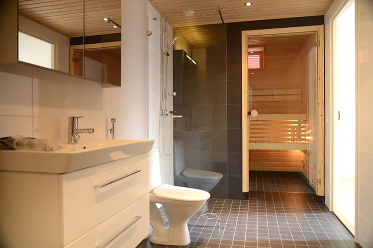 В большой ванной комнате можно установить даже мини-сауну