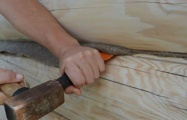 И наконец, при строительстве сруба щели стали заделывать не пенькой и мхом, а специальными материалами, которые не рассыхаются от жара и не гниют
