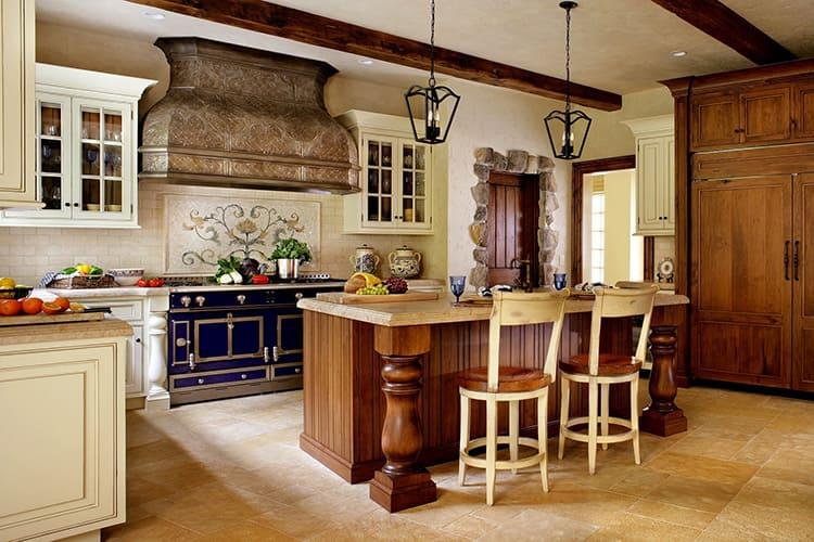 Использование бордовых, брусничных и терракотовых оттенков в мелких рисунках декора поможет уравновесить насыщенный цвет мебельного фасада