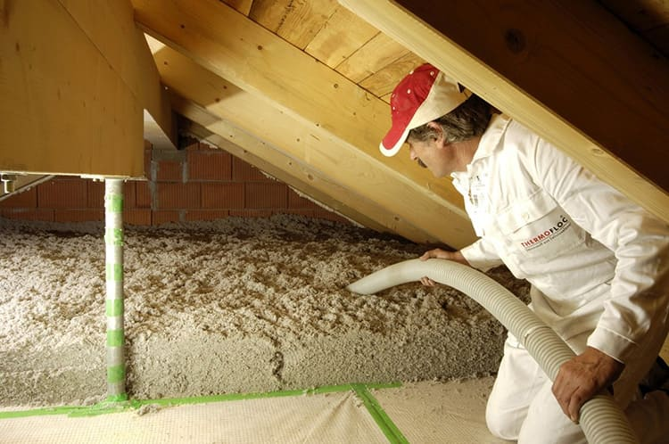 При распылении увлажненной эковаты с помощью спецоборудования, она становится липкой и плотно садится на любые, даже рельефные поверхности
