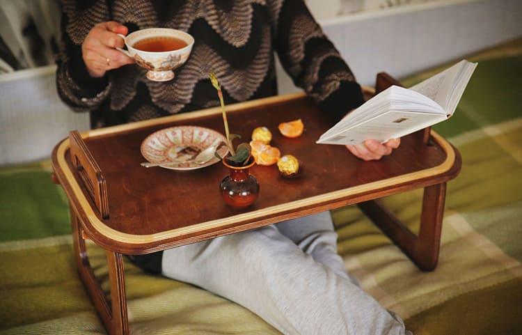 Зачем испытывать сложности и завтракать на кухне, когда можно устроиться в постели и, заодно, почитать любимую книгу