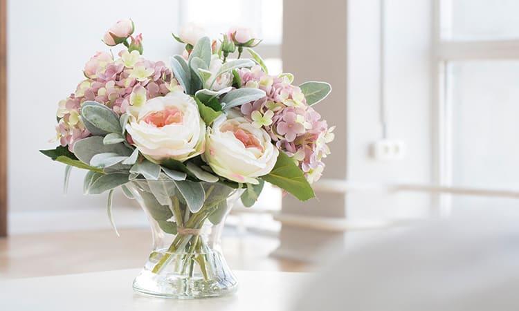 На столе будут хорошо смотреться букеты в стеклянных вазах – ими можно украсить и праздничный банкет и просто поставить на обеденный стол на кухне
