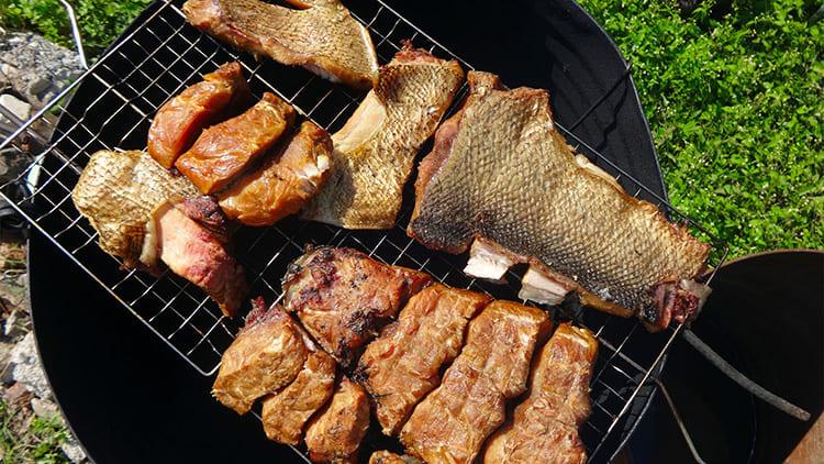 Для укладывания или подвешивания мяса и рыбы используйте решётки барбекю