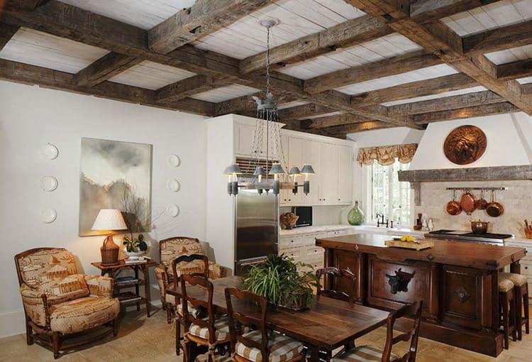 Потолочные балки – сильный акцент деревенского стиля