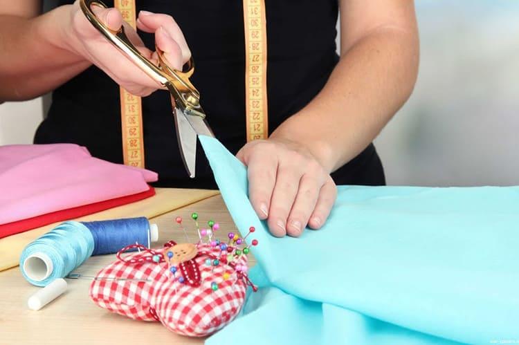 И ещё одна особенность этой ткани: она легко кроится и обрабатывается, её срезы не осыпаются и не распускаются