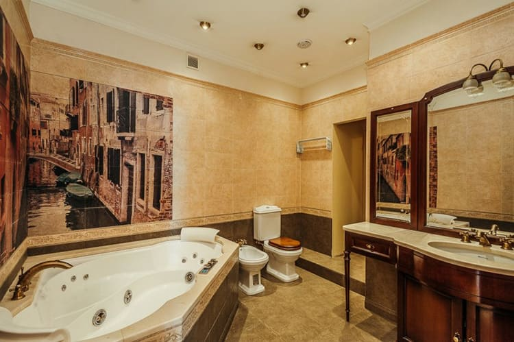 Огромная ванная комната с итальянскими мотивами на стене