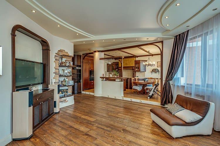 Разделение просторной кухни-столовой и гостиной барной стойкой и колонной
