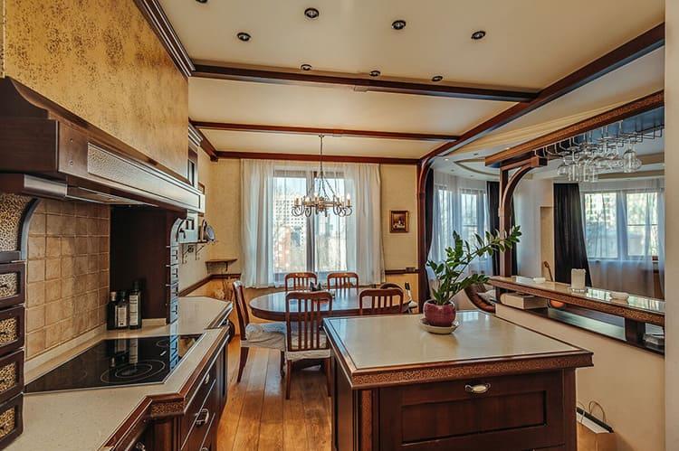 Мебель на кухне изготовлена из натурального дерева
