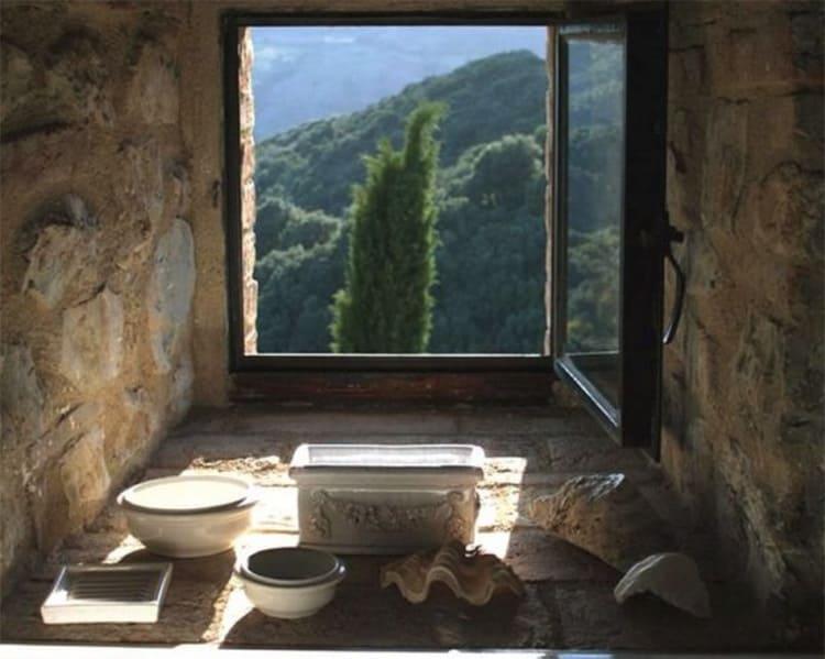 Многие комнаты в доме отделаны камнем