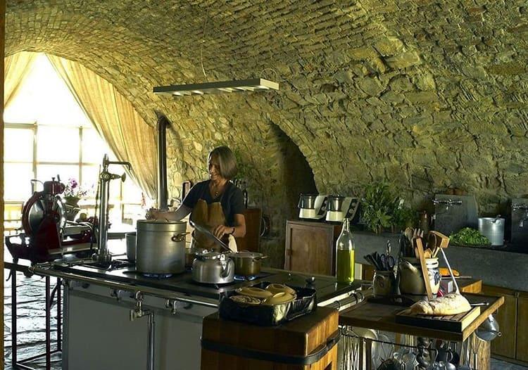 Кухня с каменными сводами напоминает подземелье, но с самым современным оборудованием