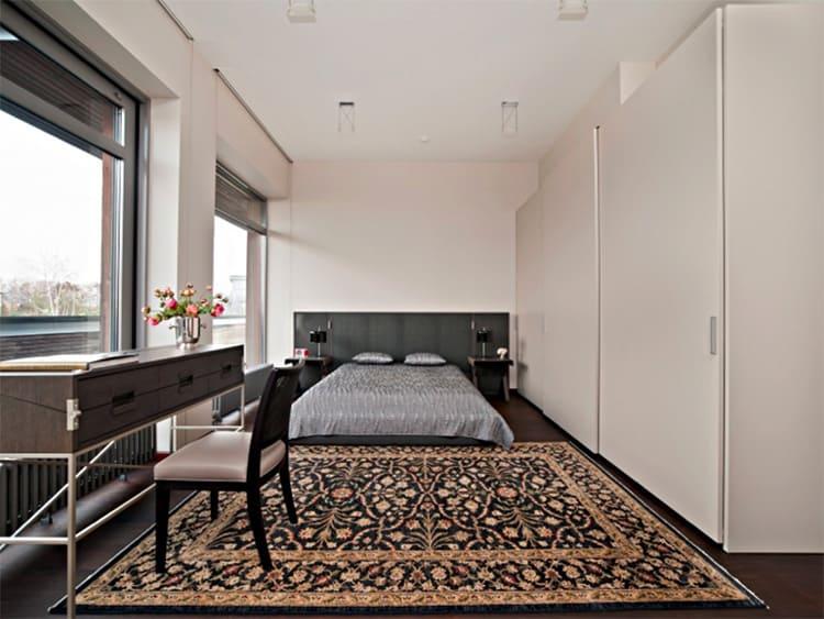 На полу лежит уникальный турецкий ковер ручной работы, украшенный орнаментом