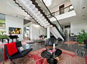 Гостиную украшают две огромные люстры в виде шаров, по периметру комнаты встроена потолочная точеная подсветка