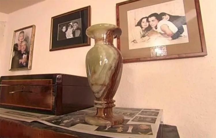 Однотонные стены украшены памятными фотографиями, на столешницах и полочках расставлены старинные вазы и шкатулки