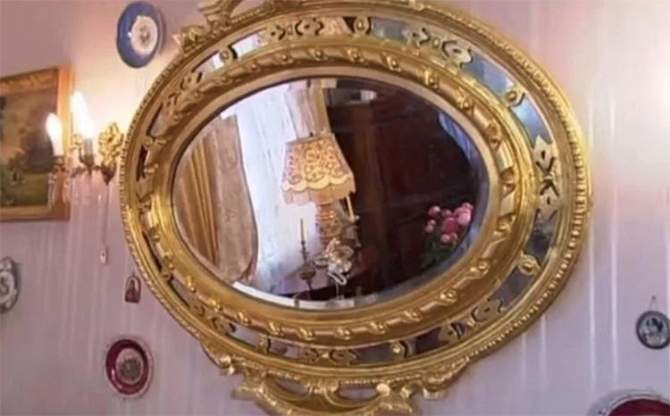 Зеркало в позолоченном багете подчёркивает статус владельцев