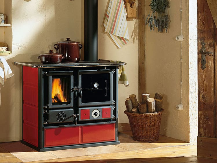 Печка в дачном доме позволяет замечательно проводить время в любую погоду