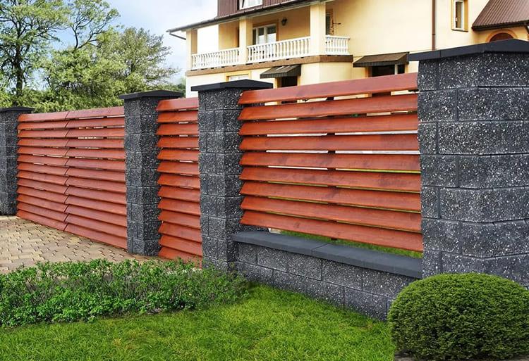 Хороший, устойчивый и надёжный забор может стать украшением вашего участка