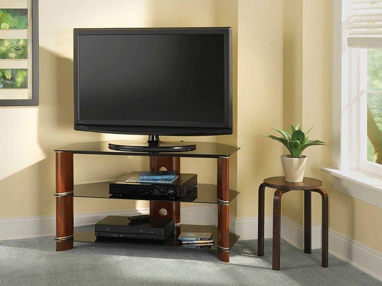 Можно поставить телевизор на табуретку или стол, но современная угловая тумба под ТВ лучше