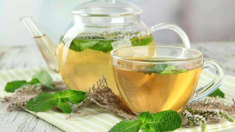 В предбаннике посетителей ждёт душистый чай, зелёный или чёрный, которым принято утолять жажду