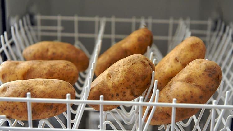 Если вы счастливый обладатель посудомоечной машины – просто положите овощи в неё и поставьте на режим полоскания