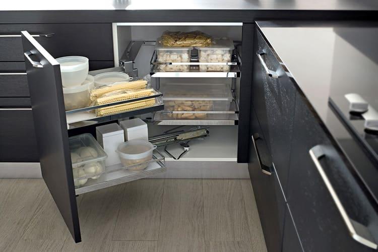 Любые салазки, вращающиеся стеллажи и выкатывающиеся ящики – это просто шикарное дополнение к кухонному гарнитуру