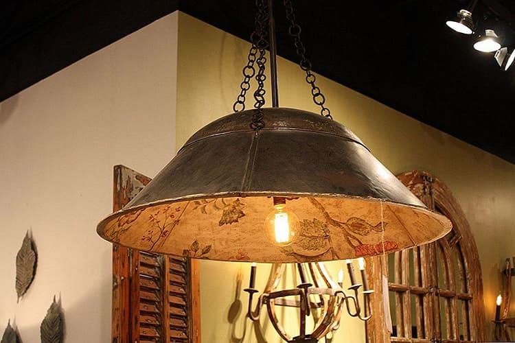 Хорошо дополнит образ кухни-кантри деревянный лакированный абажур
