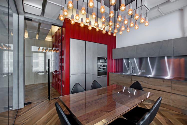 В просторной кухне неплохо будет смотреться большая подвесная люстра на цепях или струнах