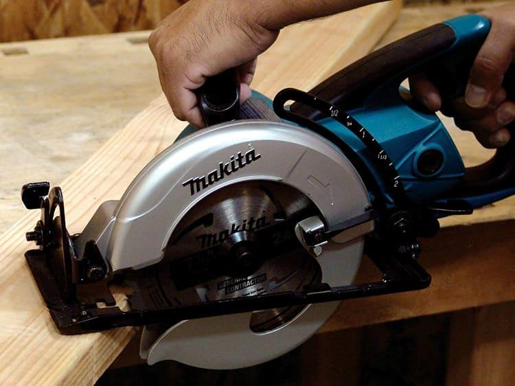 Возможность поворота диска расширяет функционал ручной циркулярной пилы