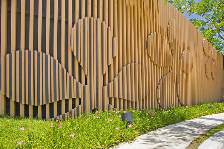Есть масса способов оригинально оформить деревянную ограду