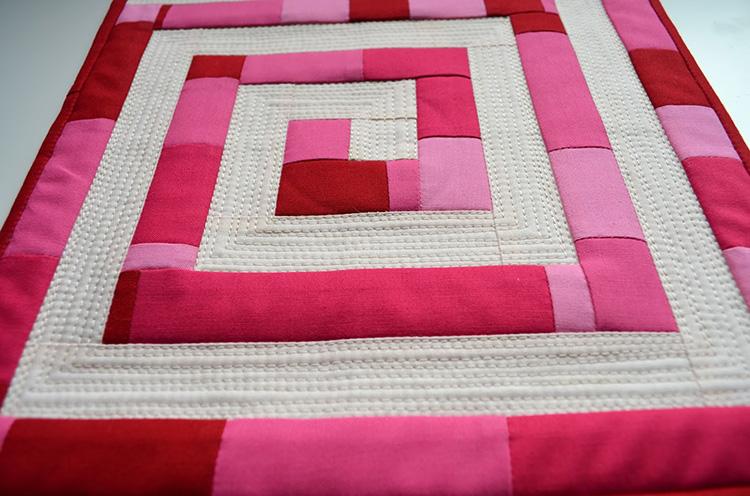 Можно сделать красочное изделие, используя однотонную ткань, но сочетая её в разных цветах и оттенках. При правильном подходе возможно добиться интересного оптического эффекта