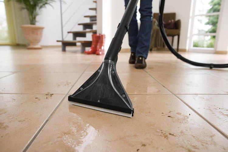 Если вы моете полы, покрытые плиткой или линолеумом, то сначала нанесите мыльную смесь, потом смойте её чистой водой и уберите остатки влаги сухим всасыванием