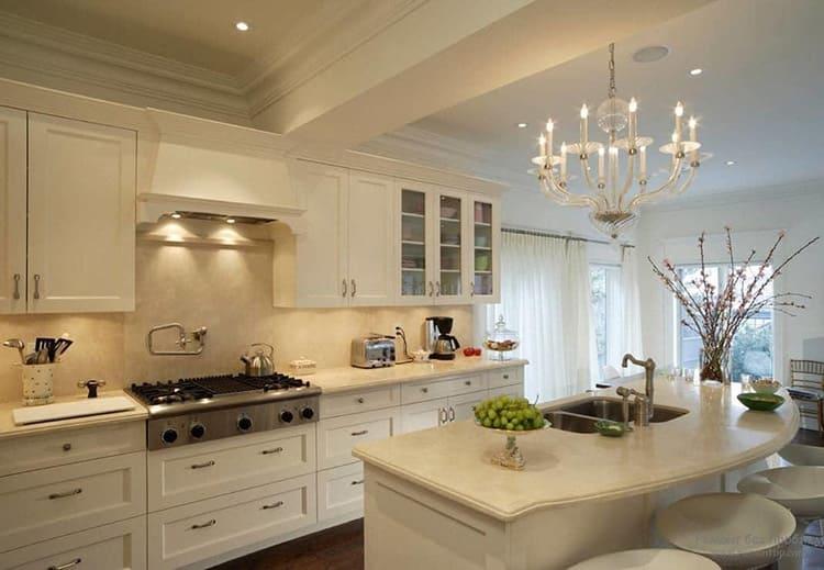 Также для небольшой кухни лучше выбрать люстру в светлых, пастельных тонах. В большом помещении не потеряется яркий, рожковый светильник