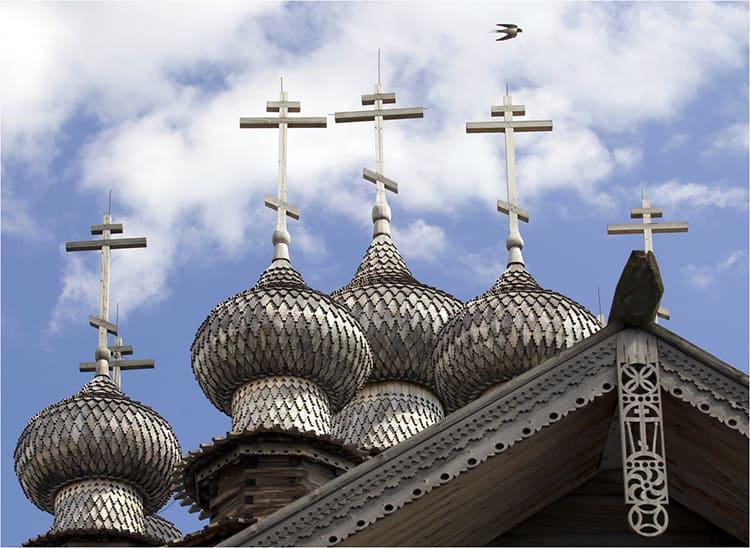 Купола, покрытые «чешуёй» из полированной осины сверкают серебром и видны за несколько километров
