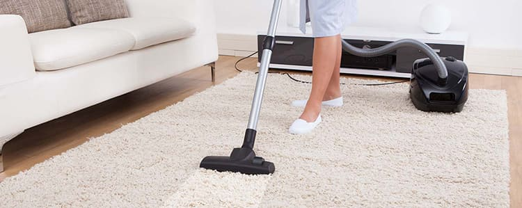 После влажной чистки желательно не ходить по ковру, пока он полностью не просохнет