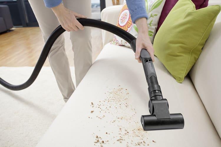 Если загрязнения сильные, можно предварительно обработать их мыльным составом и дать некоторое время, чтобы грязь растворилась. Потом смыть всё чистой водой и убрать лишнюю влагу