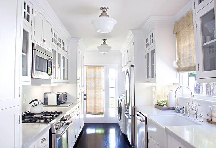 Две - три люстры (в зависимости от площади кухни) равномерно осветят всё пространство