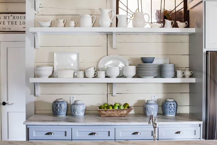 Очаровательные чашки, тарелки, нарядные кастрюли с ярким рисунком – всё это может стать акцентом в оформлении