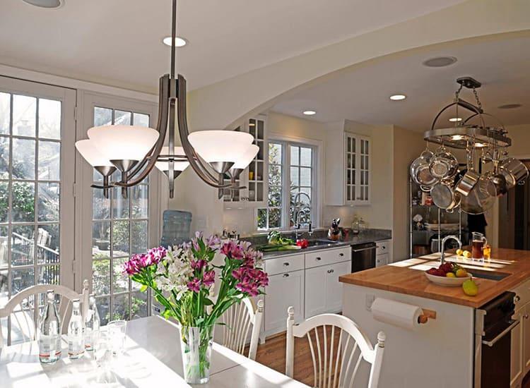 Такие светильники отличаются большим разнообразием форм, размеров и материалов изготовления