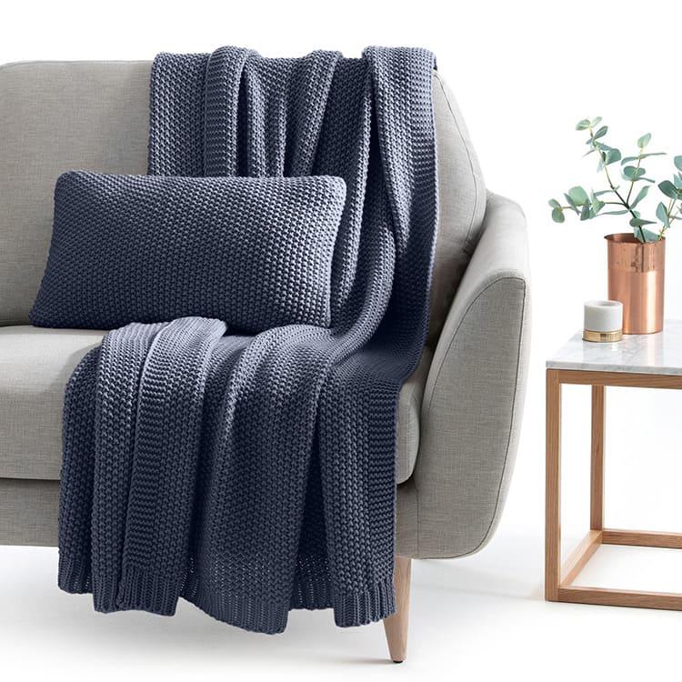 Вязаное покрывало способно стать хорошим вариантом для прямого дивана