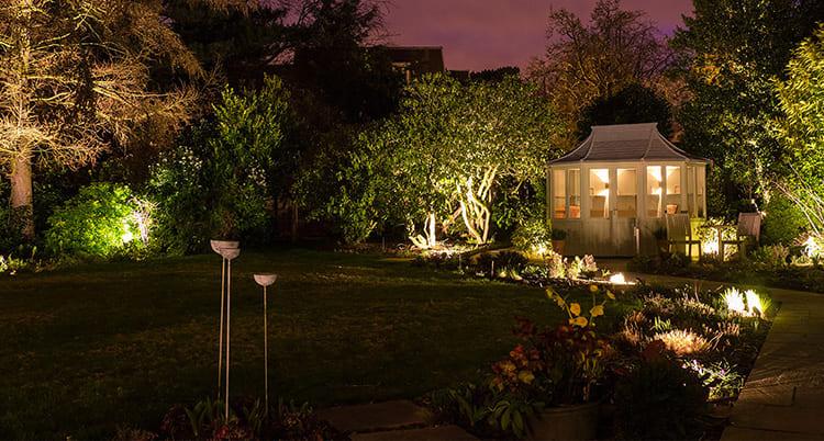Декоративная подсветка деревьев, дорожек и беседки