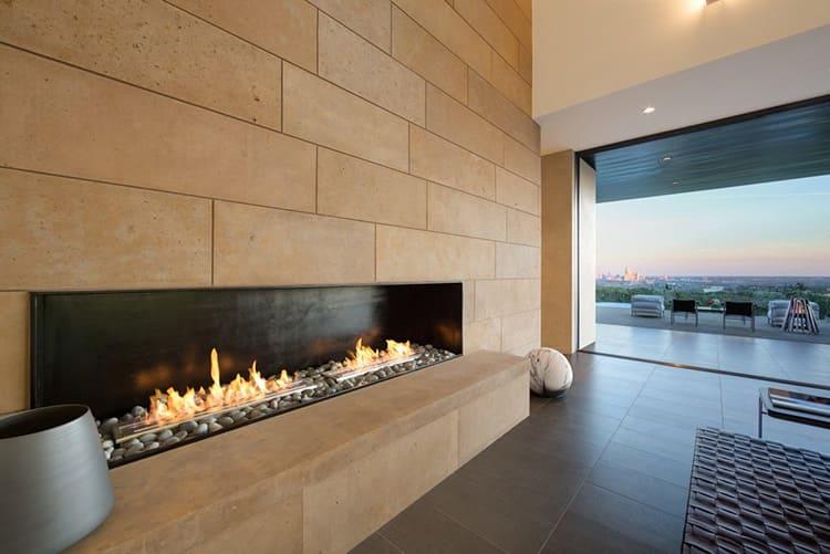Если вы хотите использовать биокамин как декоративный элемент интерьера – расположите его на длинной стене напротив дивана и кресел – отсюда вы сможете с комфортом наблюдать за его работой