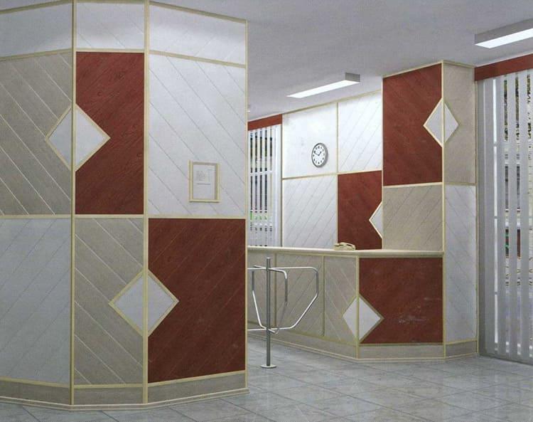 С помощью стеновых пластиковых панелей оформляются проходные в различные учреждения