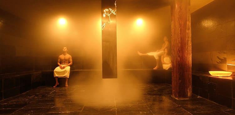 В современных турецких банях используют для создания такой атмосферы специальные парогенераторы. Но в традиционном варианте для этой цели применяют кипящие чаны