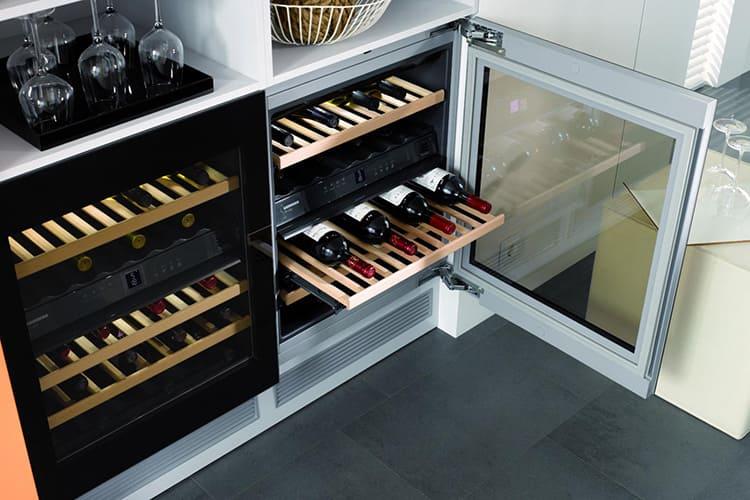 И, наконец, если вы любитель солнечных напитков – обязательно поставьте у себя холодильник для вина со специальными отсеками для бутылок