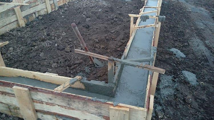 Не должна допускать растекание бетонного раствора