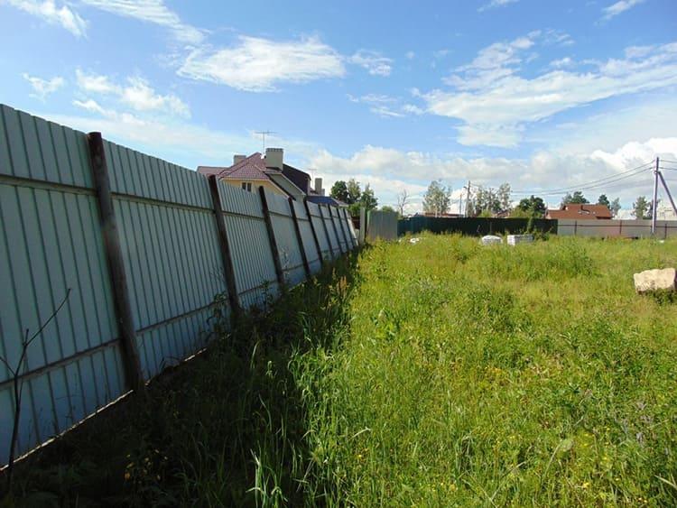 Если вы выбрали слишком слабый способ фиксации опор в грунте, ветер может просто снести вашу ограду