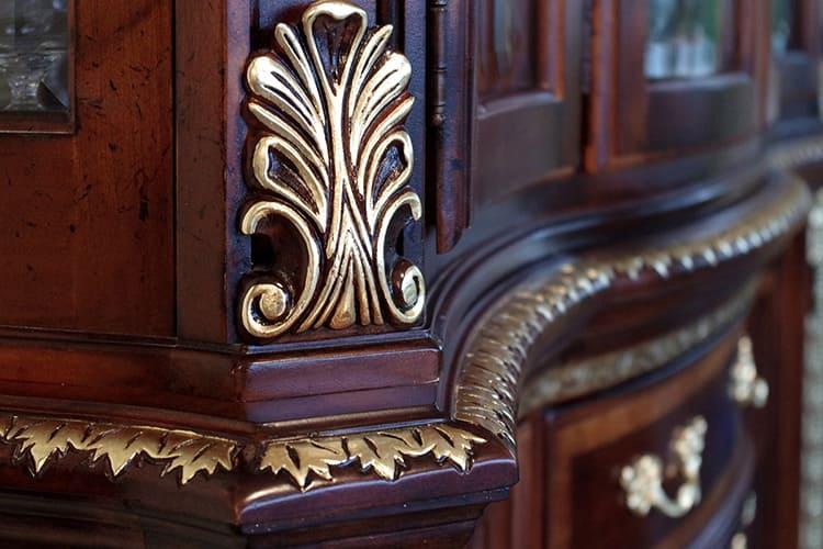 Золочёная поверхность на поверхности мебели смотрится эффектно