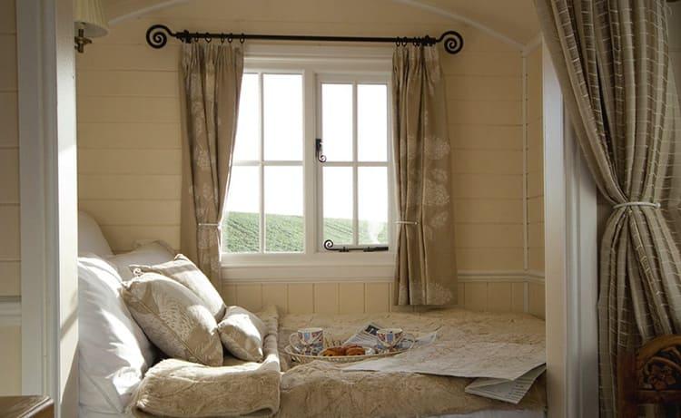 Существуют разные способы увеличить пространство маленькой спальни